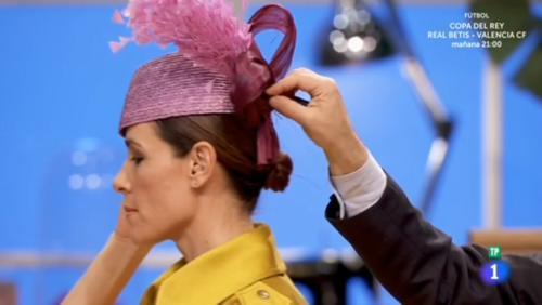 Lorenzo ajusta el tocado a la presentadora Raquel Sánchez Silva